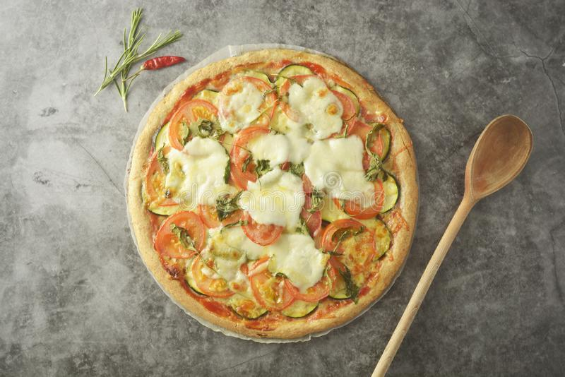 A pizza do vegetariano fez com massa wholegrain, com zuchinni, tomates e queijo do mozarella Pizza saudável, dietical Vista super fotos de stock royalty free