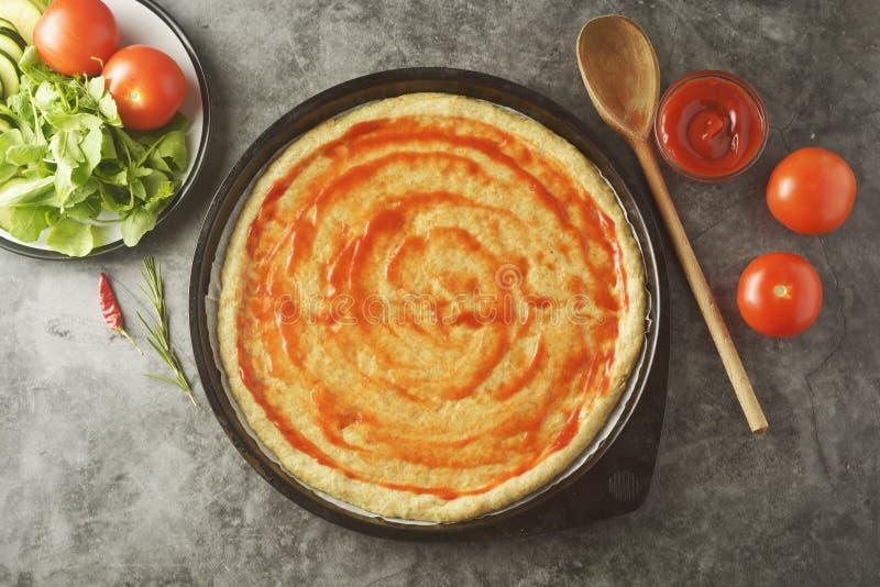 Pizza do vegetariano Processo de cozimento da pizza caseiro vegetal com os ingredientes frescos isolados no fundo escuro Copie o  fotografia de stock