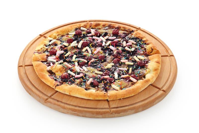 Pizza doce com bagas e fruto em uma placa de madeira em um fundo branco imagem de stock royalty free