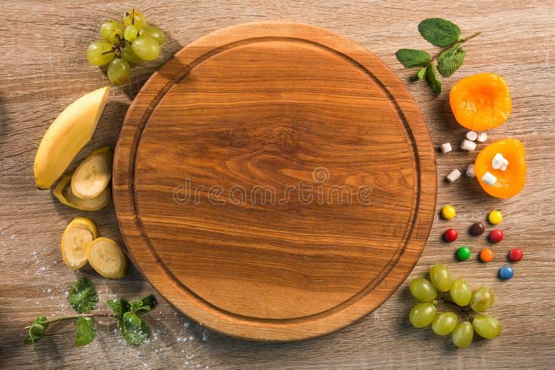 Pizza doce com fruto, banana, uvas e laranja imagens de stock