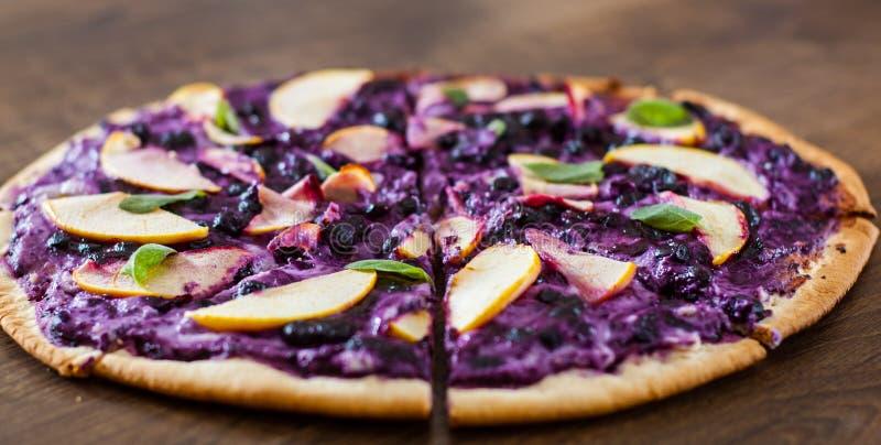 Pizza doce com queijo da ricota, mirtilo e maçã das fatias pizza da sobremesa em um de madeira imagens de stock