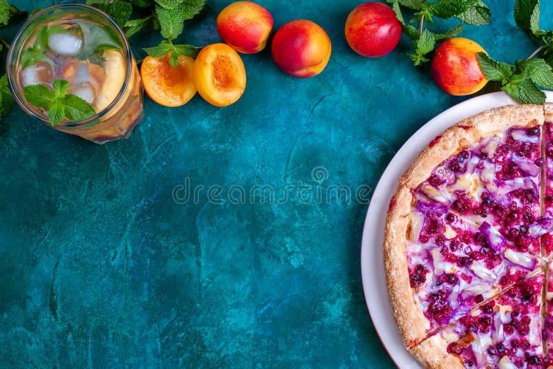 Pizza doce de fruta com limonada de nectarina foto de stock royalty free