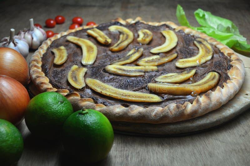 pizza dolce dalla faccia aperta con cioccolato e le banane fotografia stock