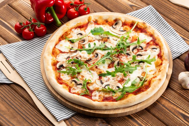Pizza dos cogumelos Vista superior fotos de stock royalty free
