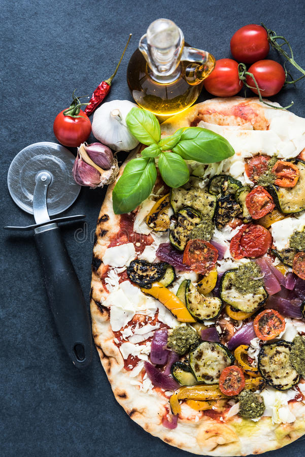 Pizza du feu en bois avec des légumes et des herbes photos libres de droits