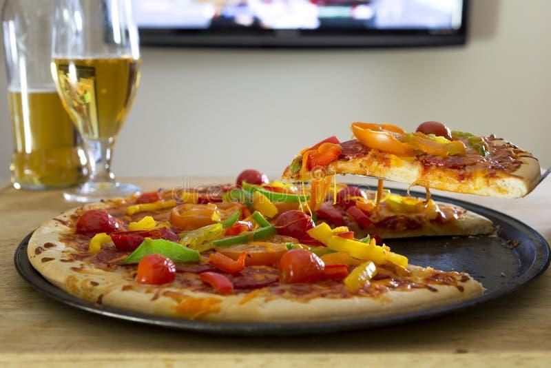 Pizza e birre immagine stock libera da diritti