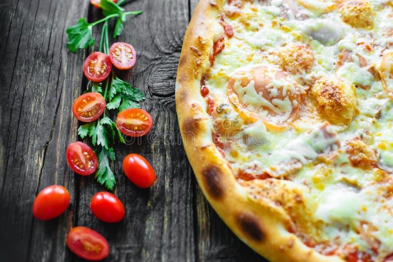 Pizza e componentes fotografia de stock royalty free