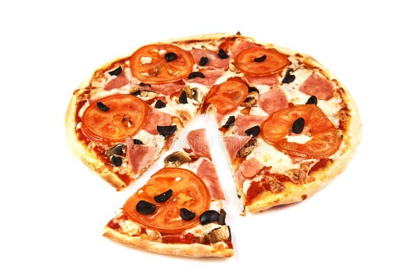Pizza e fetta con bacon, i pomodori, le olive ed i funghi su fondo bianco fotografia stock