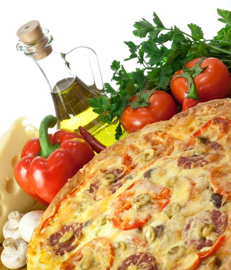 Pizza e ingredientes de Homemmade imagem de stock royalty free