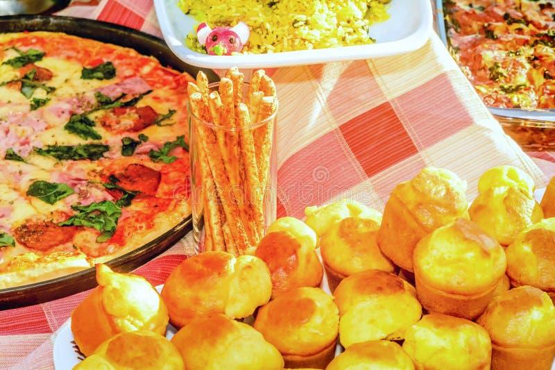 Pizza e o outro alimento do fest da chicória em Tivat fotografia de stock