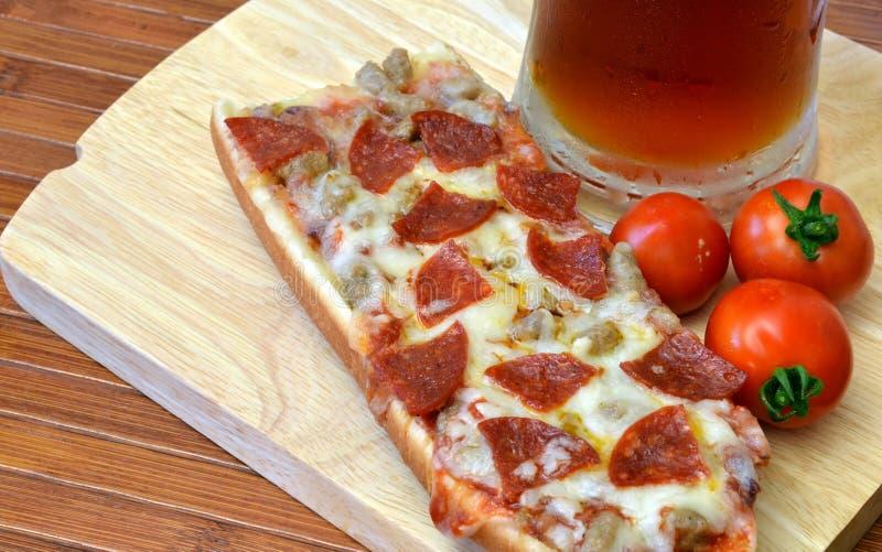 Pizza e refeição do Microbrew fotos de stock