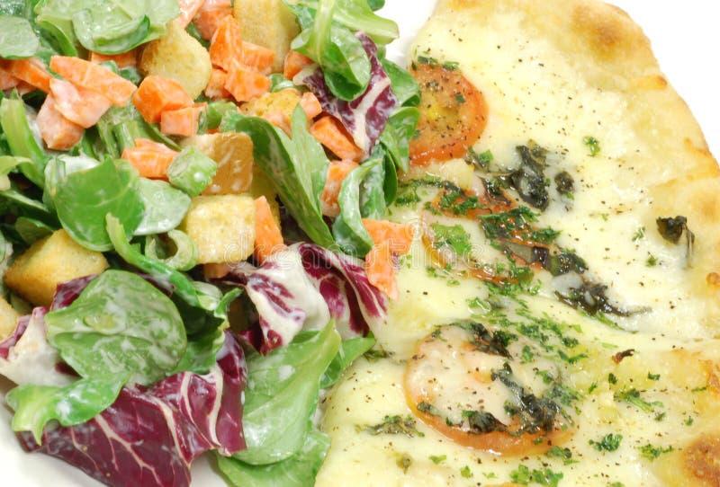 Pizza e salada imagem de stock