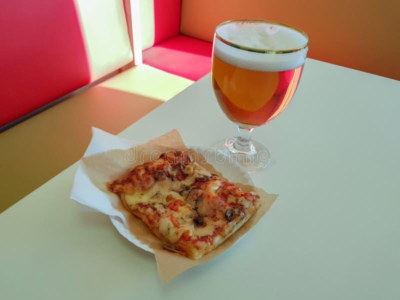 Pizza e um vidro da cerveja imagem de stock
