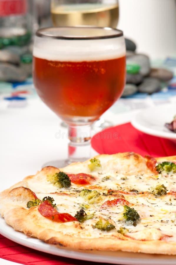 Pizza e vidro da cerveja fotografia de stock