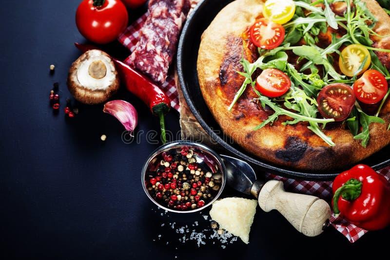 Pizza ed ingredienti italiani freschi fotografia stock libera da diritti