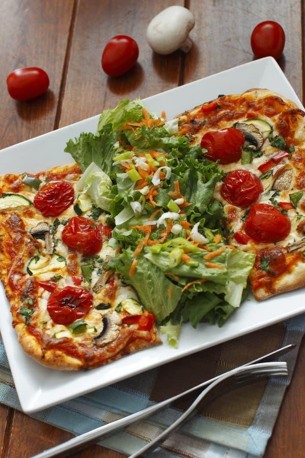 Pizza ed insalata vegetariane immagine stock