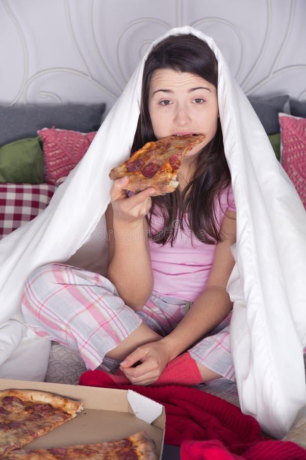 Pizza el comer excesivamente de la noche fotos de archivo