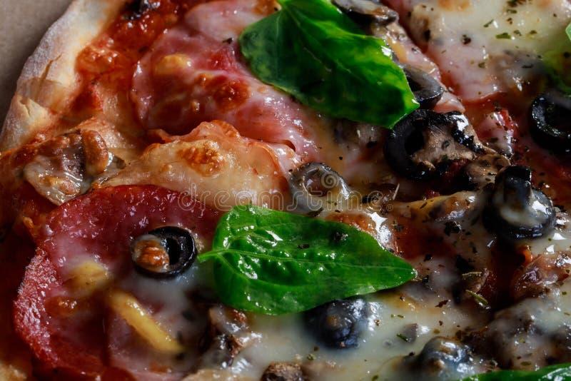 Pizza em ingredientes e em especiarias de alimento da caixa de cartão para cozinhar tomates, queijo, cebola, óleo, pimenta, sal,  foto de stock