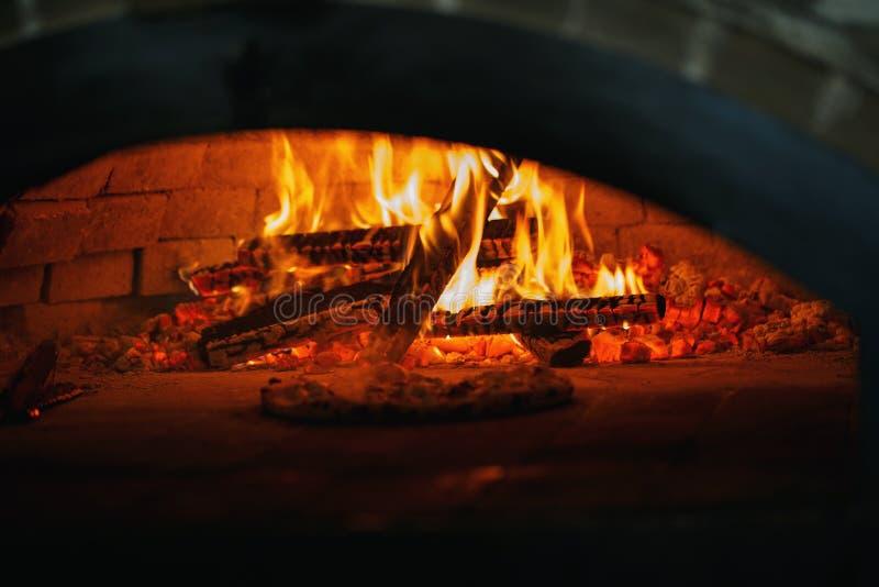 Pizza en el horno Cocinar la pizza en la pizzería imagenes de archivo