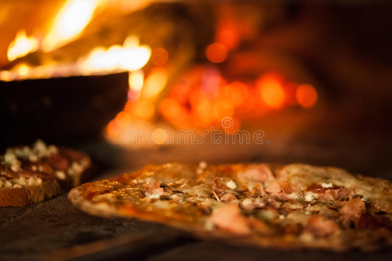 Pizza en estufa vieja imagenes de archivo