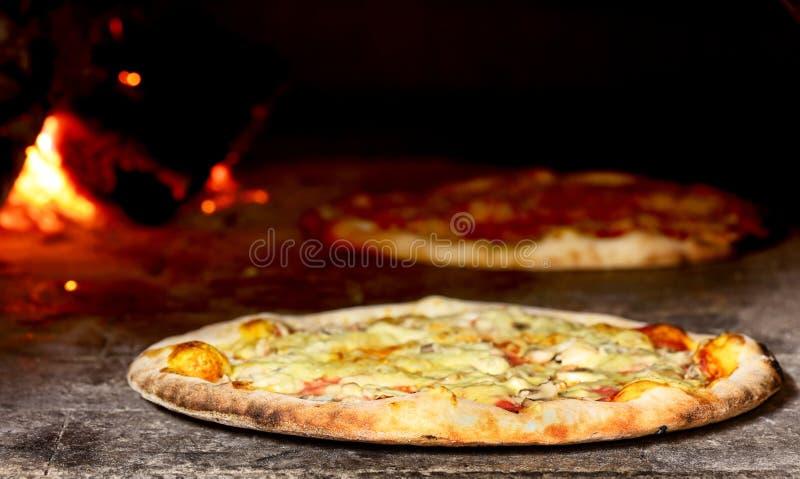 Pizza en four image stock