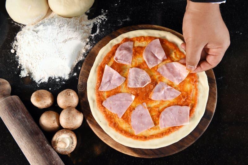 Pizza en ingrediënten voor pizza royalty-vrije stock afbeeldingen
