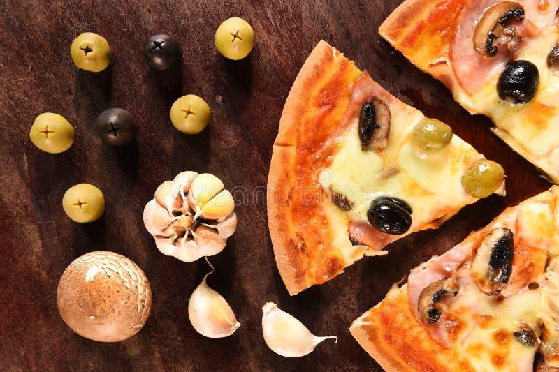 Pizza en ingrediënten voor pizza stock foto's