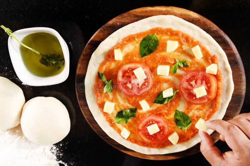 Pizza en ingrediënten voor pizza stock foto