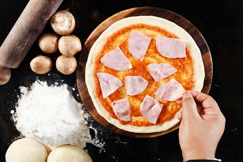 Pizza en ingrediënten voor pizza royalty-vrije stock fotografie