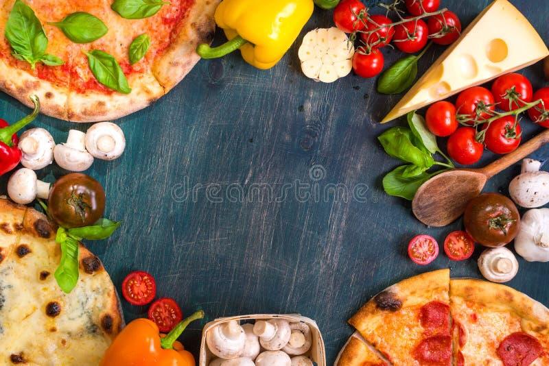 Pizza en ingrediëntenachtergrond royalty-vrije stock fotografie