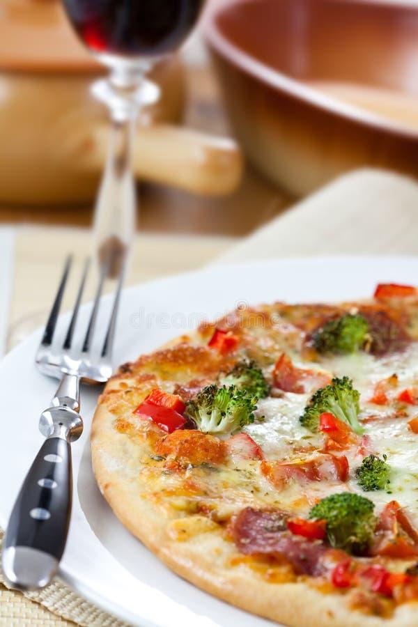 Pizza en rode wijn royalty-vrije stock foto