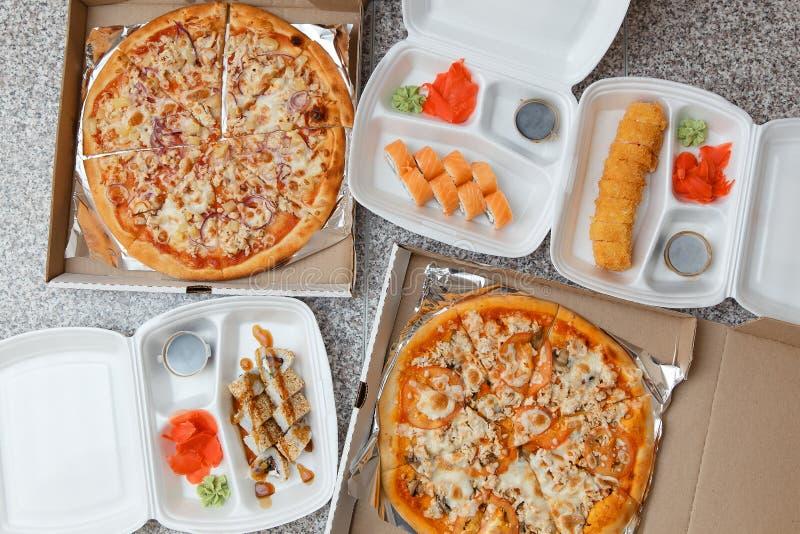 Pizza en sushi Levering in containers en dozen royalty-vrije stock foto's