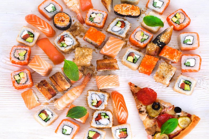 Pizza en sushi samen in stilleven stock foto