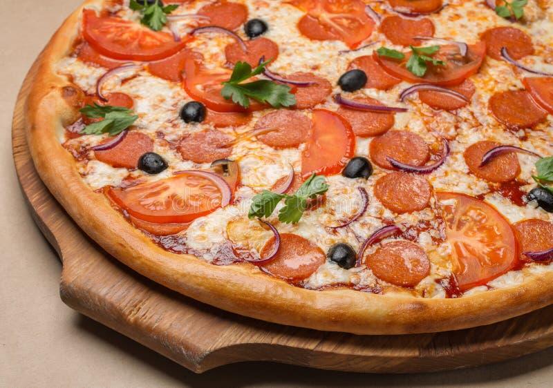 Pizza en un soporte de madera fotos de archivo libres de regalías