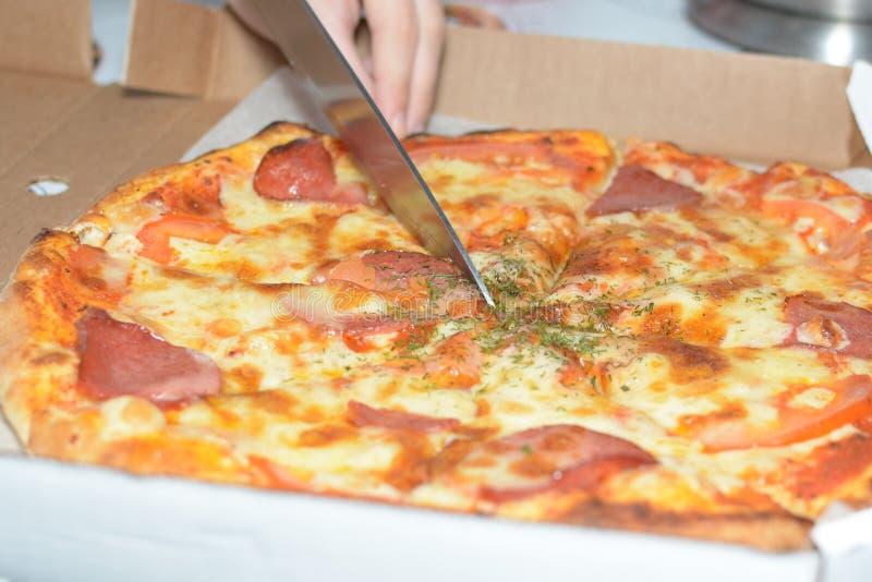 Pizza en una caja del cartón Entrega de la pizza foto de archivo libre de regalías