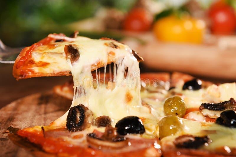 Pizza en verse groenten voor pizza stock foto's