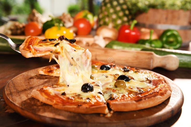 Pizza en verse groenten voor pizza royalty-vrije stock afbeelding