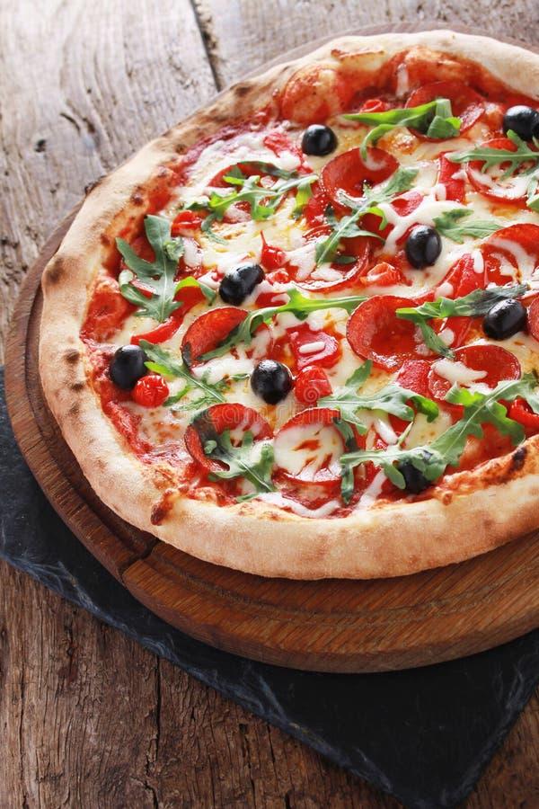 Pizza entera del salami fotos de archivo libres de regalías