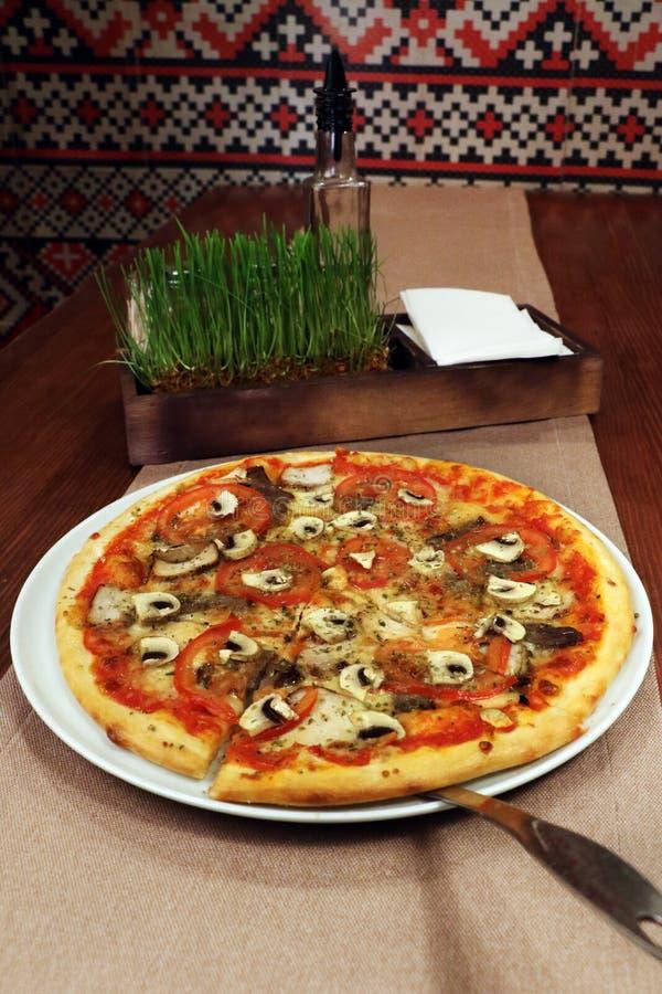 Pizza et épices sur la table photographie stock