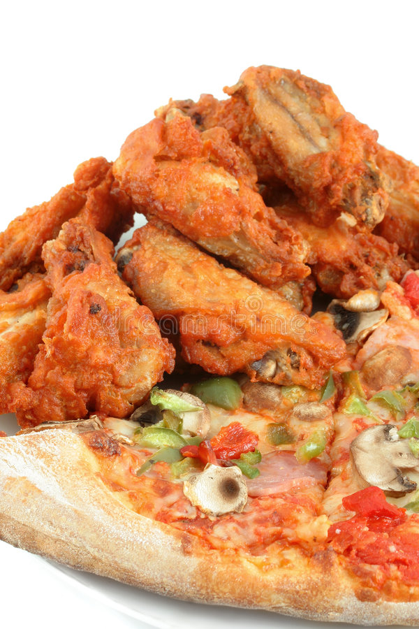 Pizza et ailes de poulet image stock