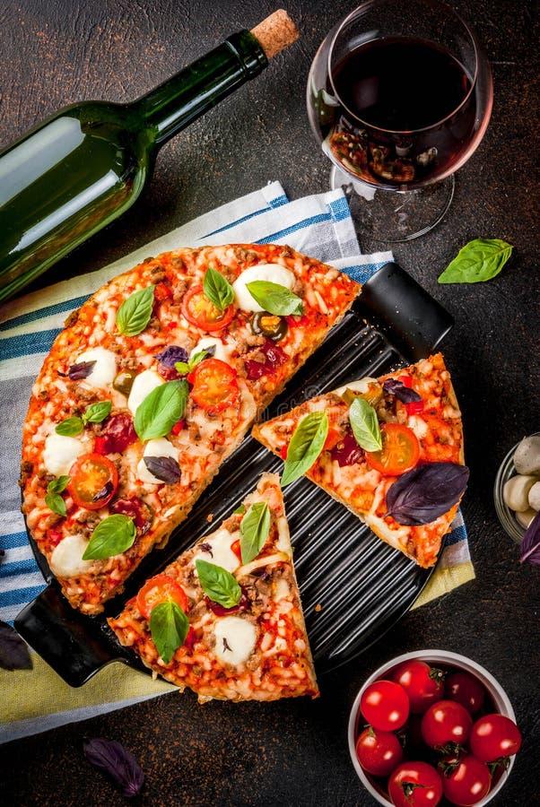 Pizza et vin rouge photos stock