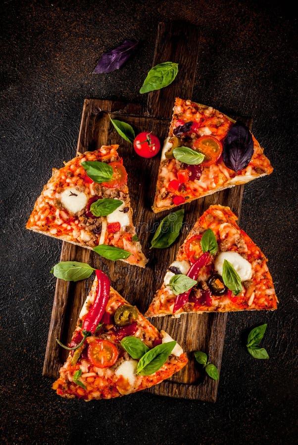 Pizza et vin rouge images libres de droits
