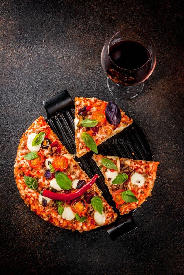 Pizza et vin rouge photographie stock