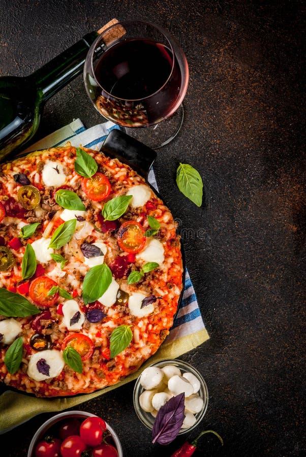 Pizza et vin rouge photo stock