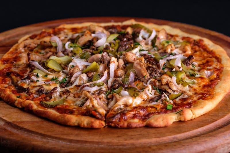 Pizza för BBQ för gluten fri feg med massor av grönsakfyllningar, knipor och köttskivor på ett träbräde royaltyfria bilder