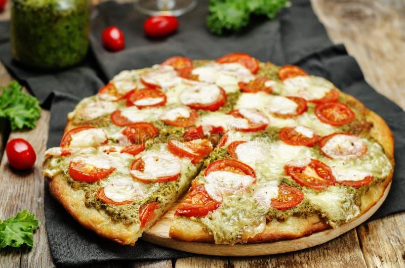 Pizza för pesto för tomatmozzarellagrönkål fotografering för bildbyråer