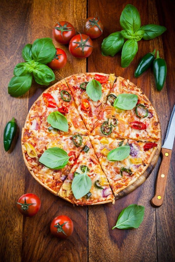 Pizza för varm chili med jalapenos fotografering för bildbyråer