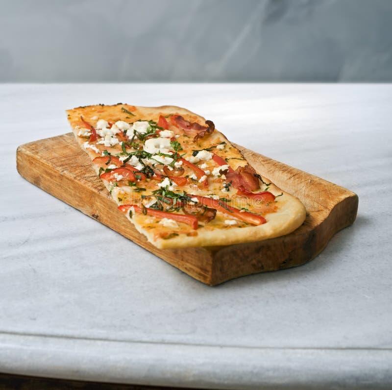 Download Pizza faite maison image stock. Image du cuisinier, mangez - 8667413