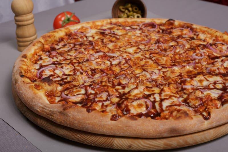 Pizza faite maison de poulet de barbecue photo stock