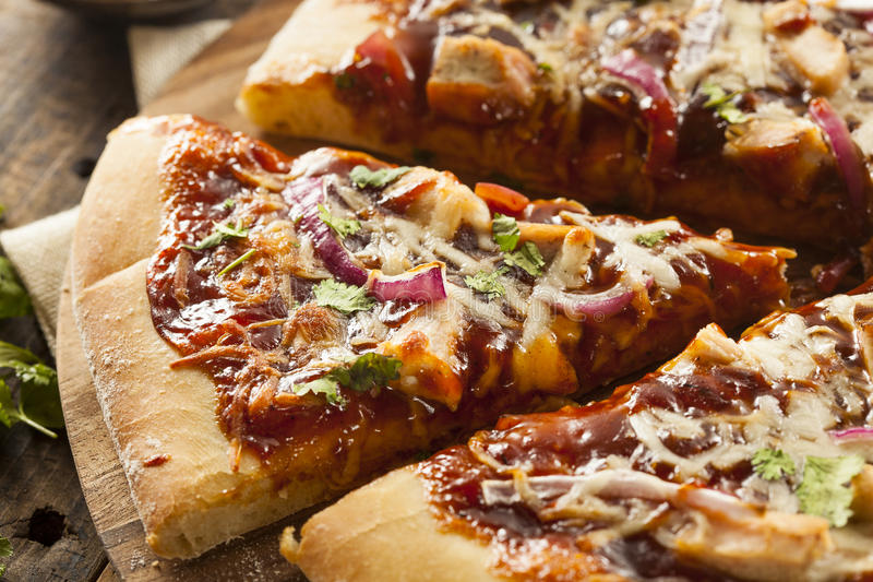 Pizza faite maison de poulet de barbecue photographie stock libre de droits
